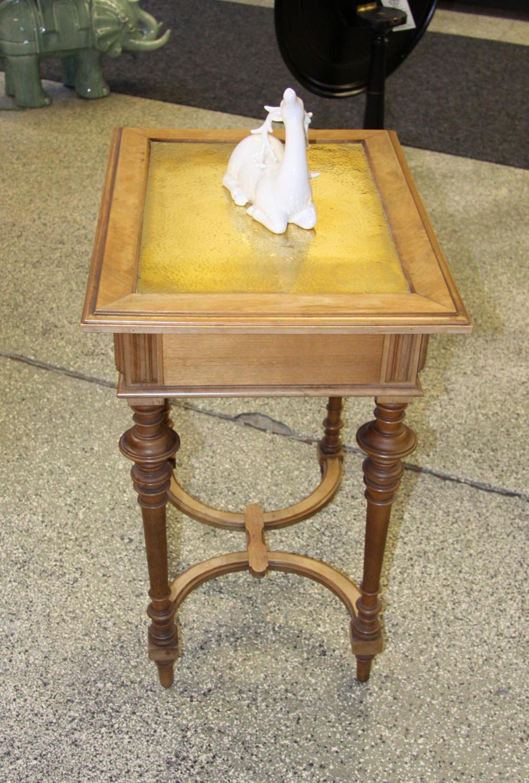 K16a; Historismuss Tischchen.