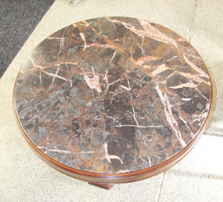 t04a. Tisch mit Marmorplatte.